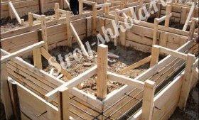 На фотографії зображений процес укладання опалубки в арматуру