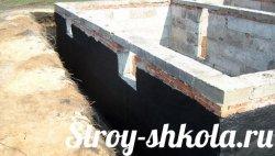 Процес гідроізоляції фундаменту з цегли