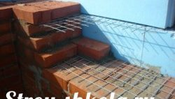 Процес кладки цегли на бетонну основу і його армування