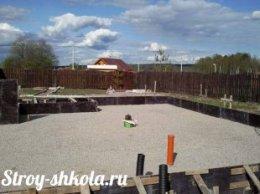 Створення подушки з піску і гравію для фундаменту з плит
